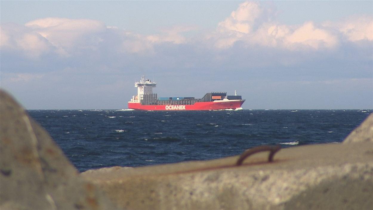 Un navire marchand sur le fleuve Saint-Laurent.