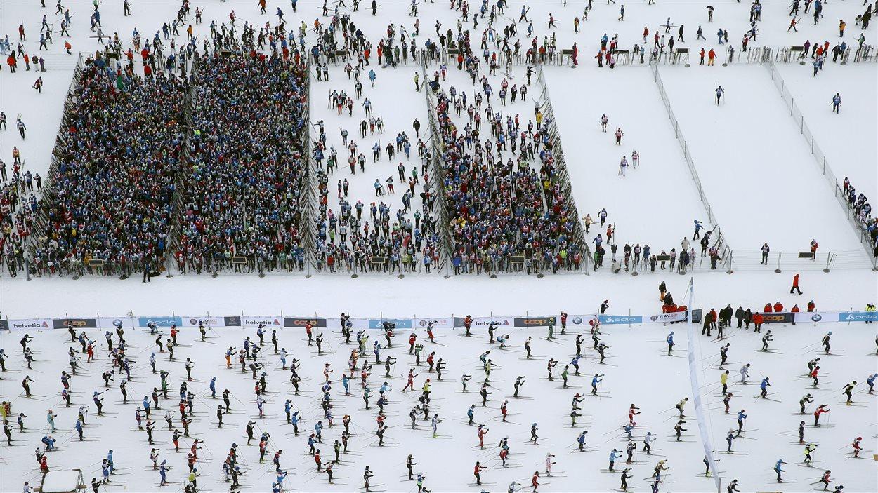 Quelque 13 000 personnes ont participé à un marathon de ski de fond à Maloja, en Suisse. Ici, une vue aérienne des skieurs qui attendent de prendre leur départ pour la course de 42,2 km qui les mène à St-Moritz.