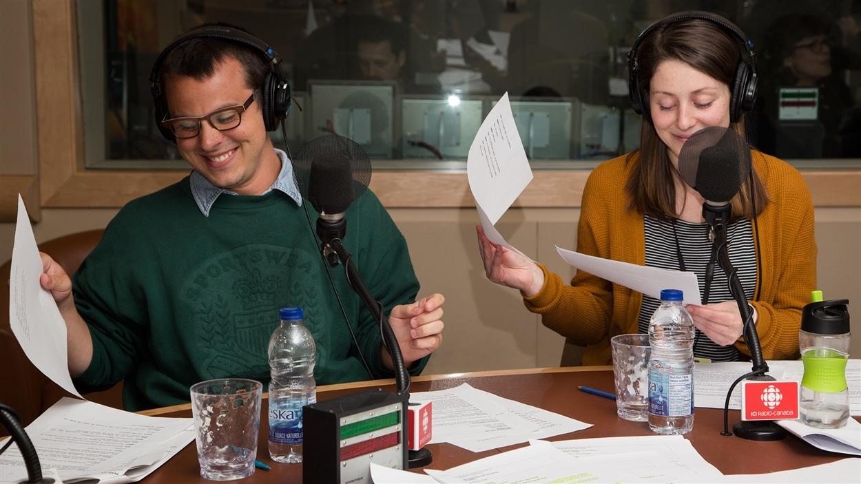 Gabriel Szabo et Élodie Grenier exécutent un numéro de tournage de feuilles chorégraphié.