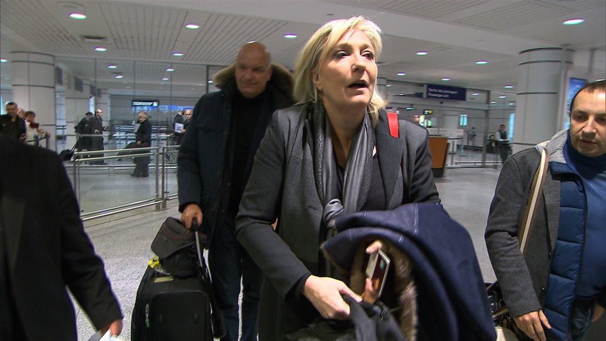 Marine Le Pen à son arrivée à l'aéroport de Montréal