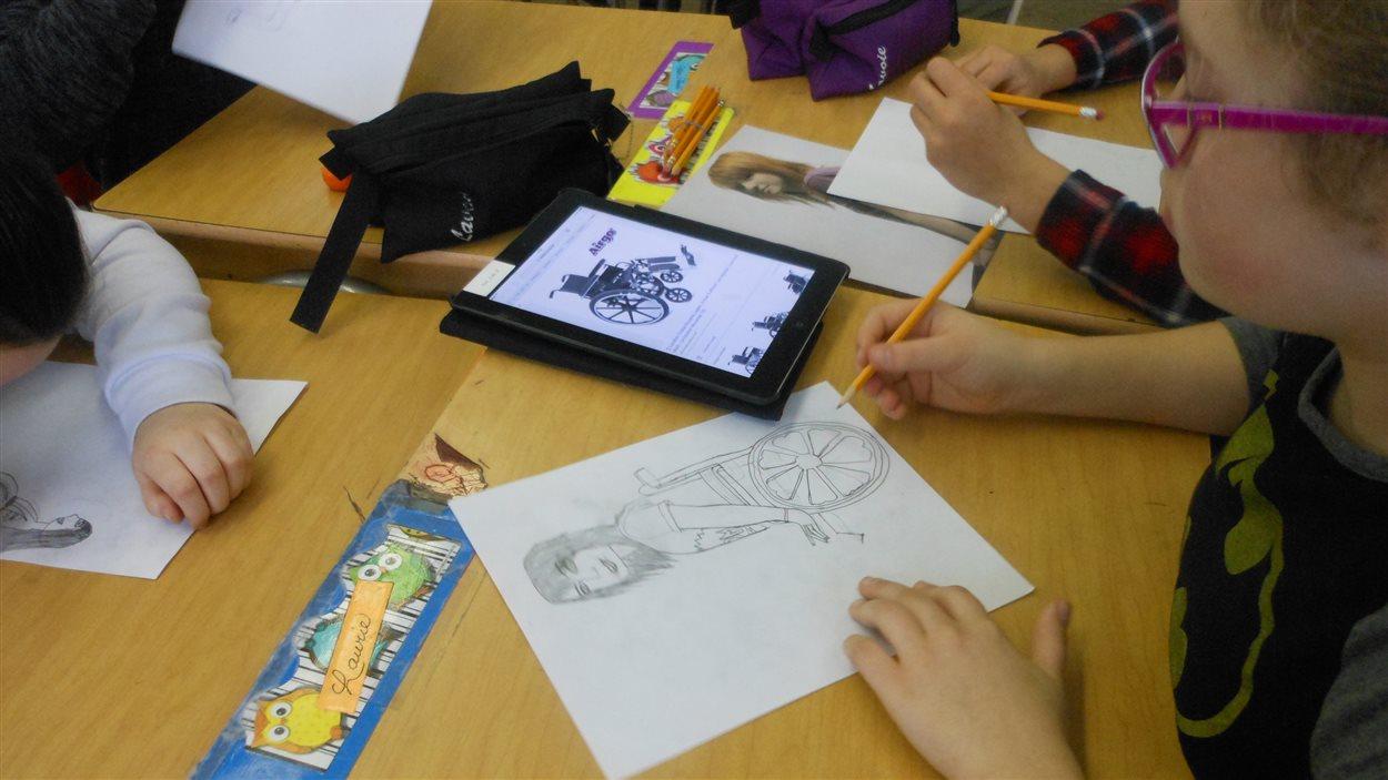 Des jeunes de l'école Norjoli planchent sur des illustrations.