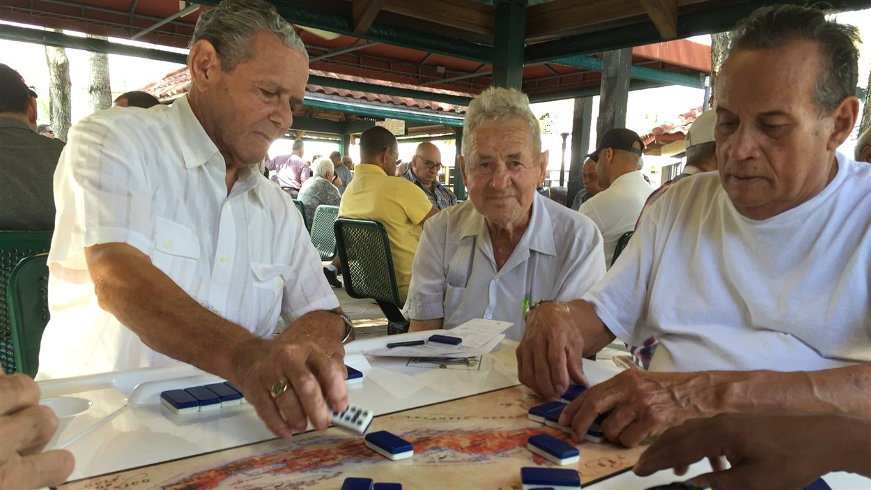 Des Cubains-Américains adeptes de dominos au parc Maximo Gomez.