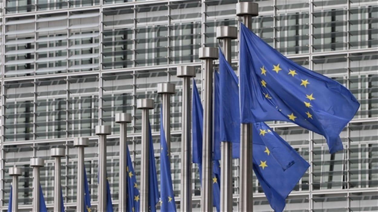 Drapeaux de l'Union européenne devant le siège de la Commission européenne à Bruxelles.