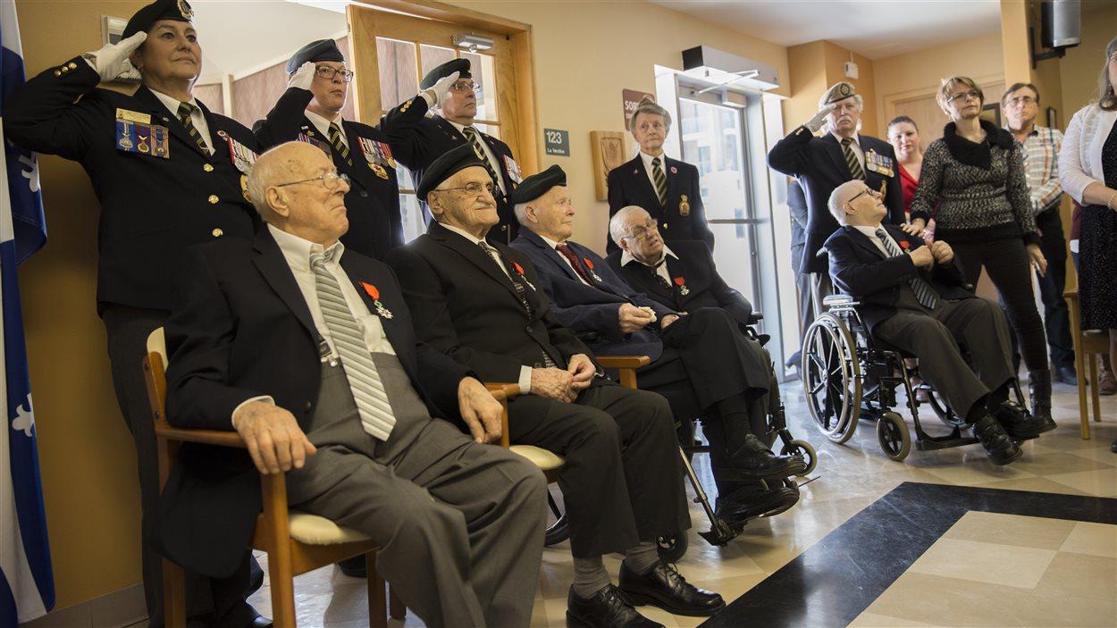 Les cinq vétérans qui ont reçu la médaille de la Légion d'honneur après la cérémonie.