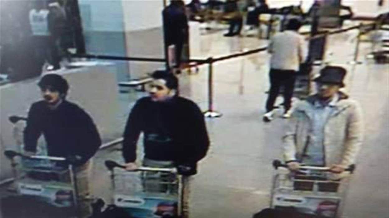 Les médias belges commencent à diffuser des images de trois suspects captées par la vidéosurveillance.