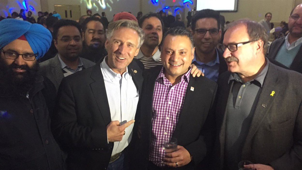 Le conservateur Prab Gill (au centre), tout sourire à l'annonce de sa victoire dans Calgary-Greenway.