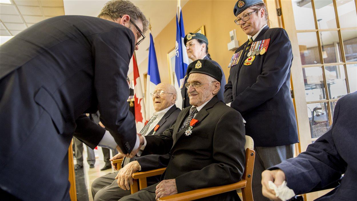 Paul-Émile Provencher lors de la remise de la médaille de la Légion d'Honneur par Nicolas Chibaeff.