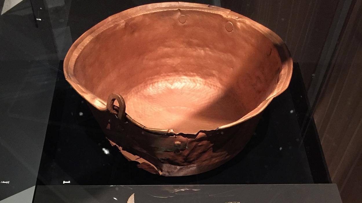 Un chaudron en cuivre à l'exposition «Fragments d'humanité, archéologie du Québec»