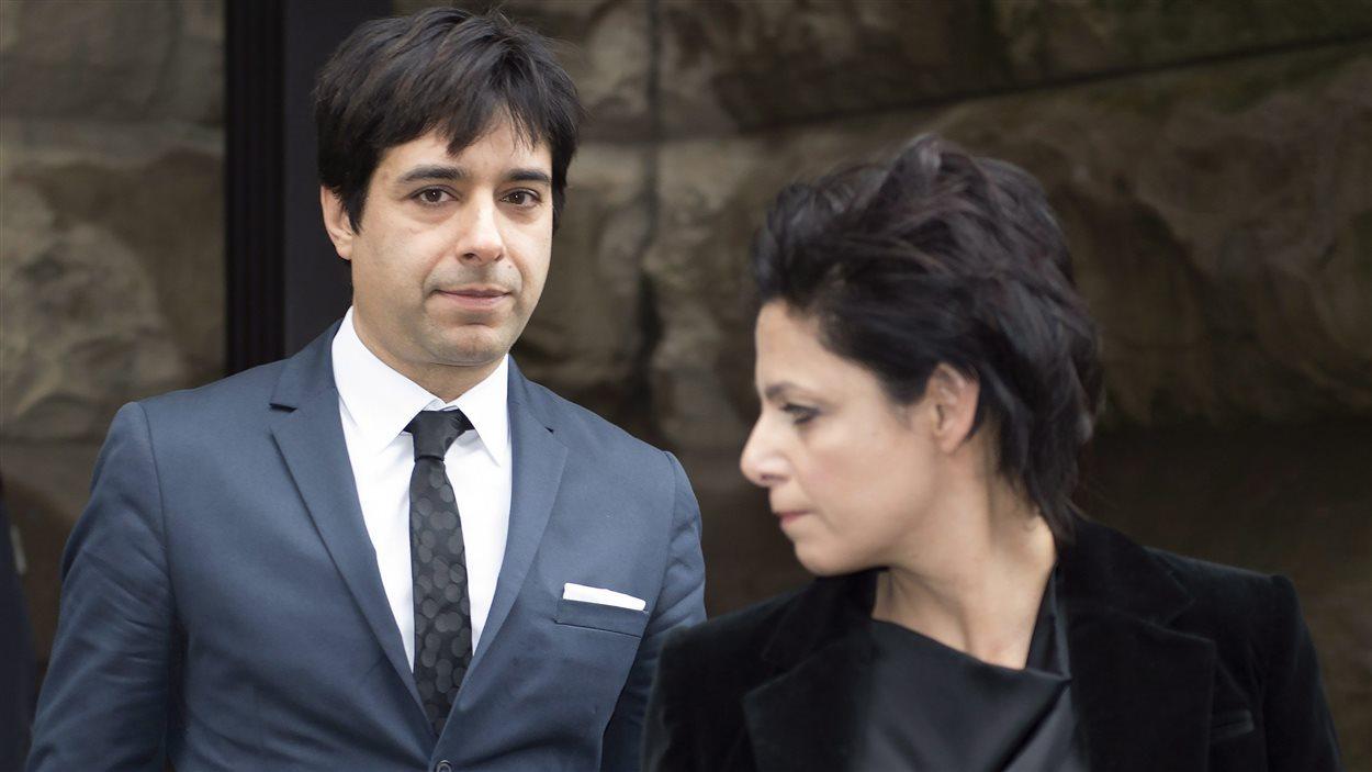Jian Ghomeshi quitte le palais de justice après avoir entendu son jugement.