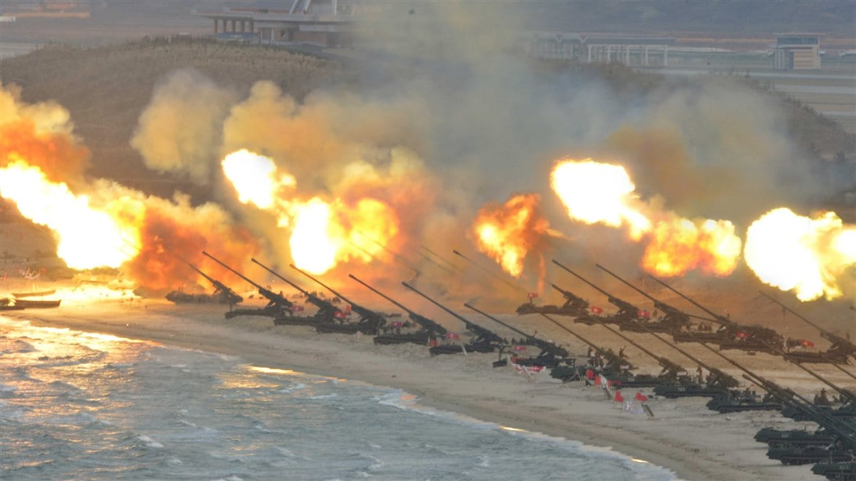 Cette image a été transmise par l'agence de nouvelles officielle de la Corée du Nord, le 25 mars 2016, et montre de l'artillerie en train d'envoyer des projectiles.