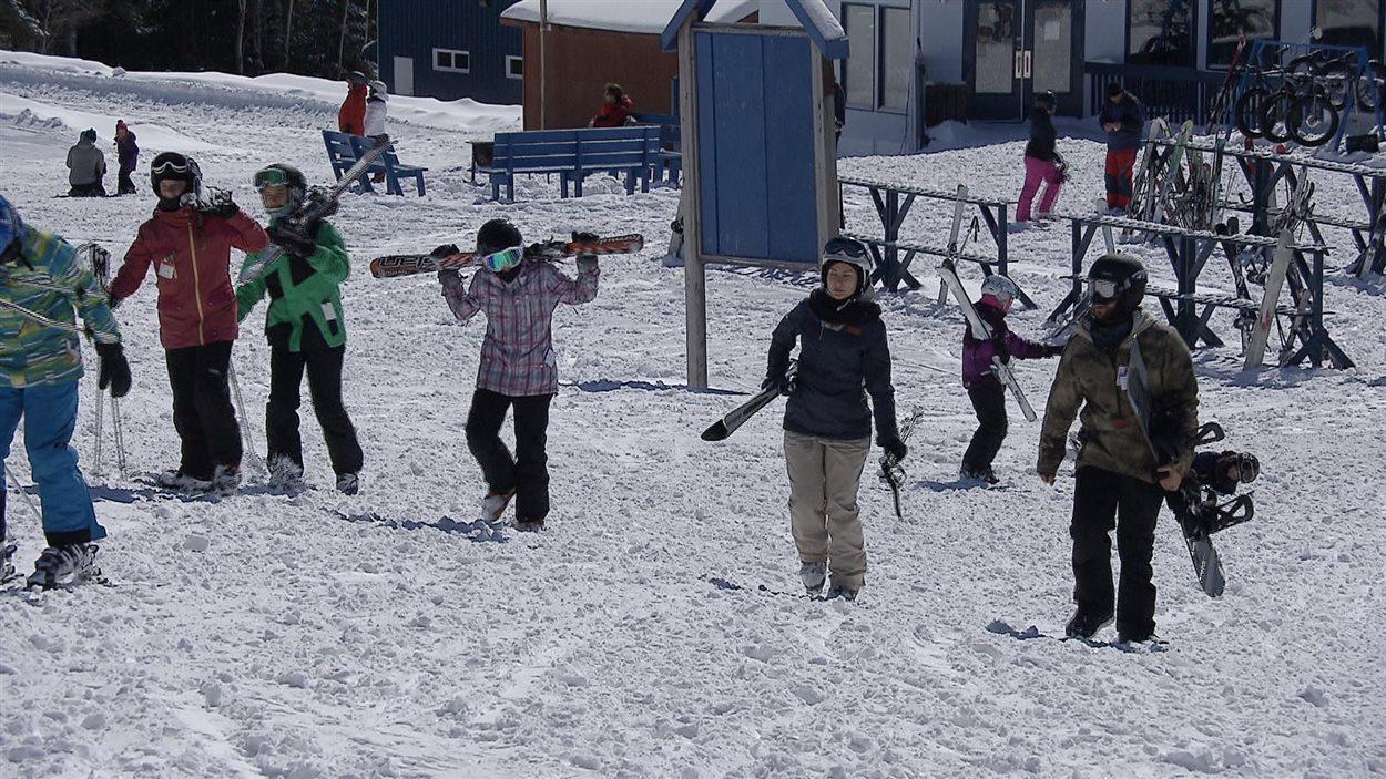 Tôt le matin, les skieurs ont investi la place, munis de leurs équipements.