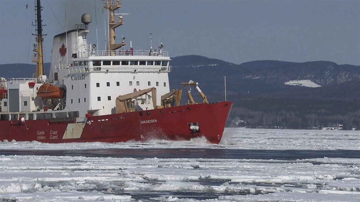 Le NGCC Amundsen, brise-glace de la Garde côtière canadienne, dans la baie de Gaspé