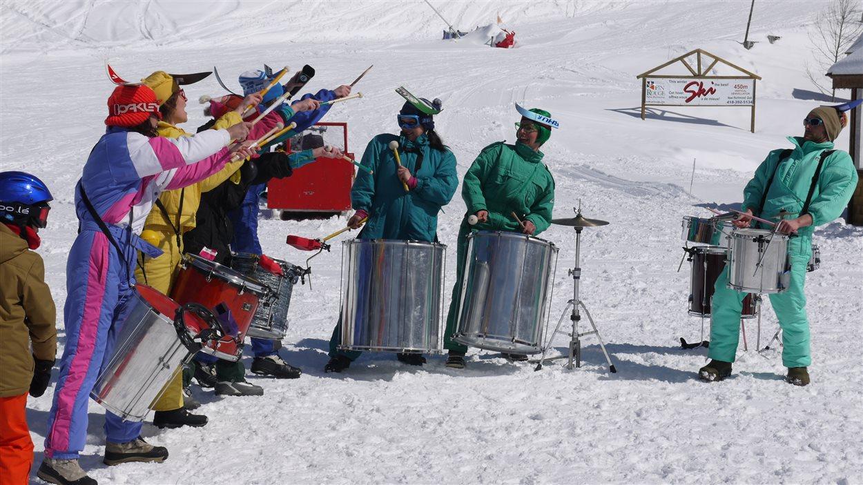 Le groupe de percussionnistes Beding Bedang insuffle du rythme aux célébrations du 25e anniversaire de la station touristique Pin Rouge