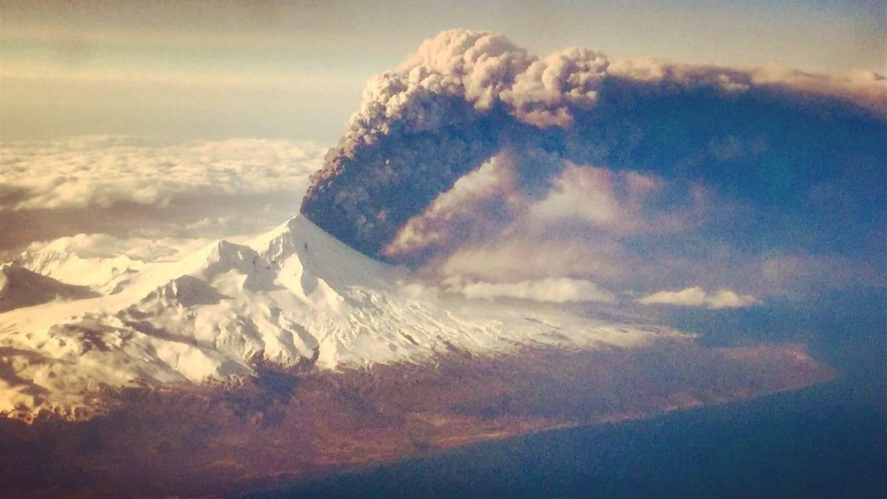 L'éruption du volcan Pavlof en Alaska le 27 mars 2016.
