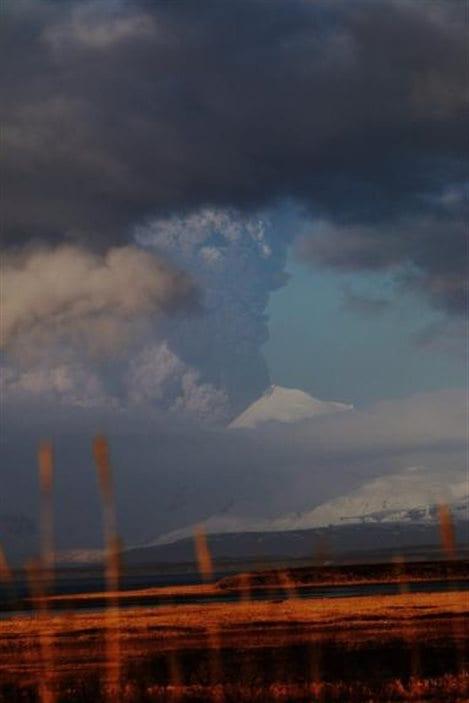 L'éruption du volcan Pavlof depuis Cold Bay en Alaska