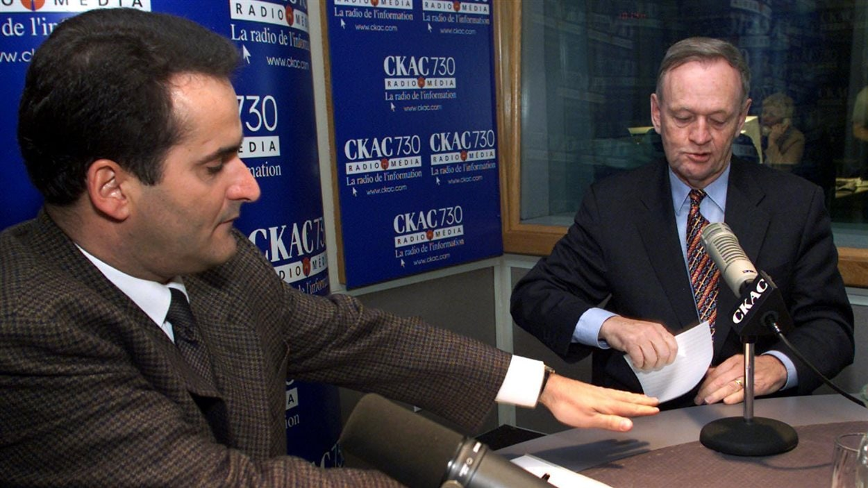 L'animateur Jean Lapierre en entrevue avec l'ancien premier ministre Jean Chrétien, en novembre 2000.