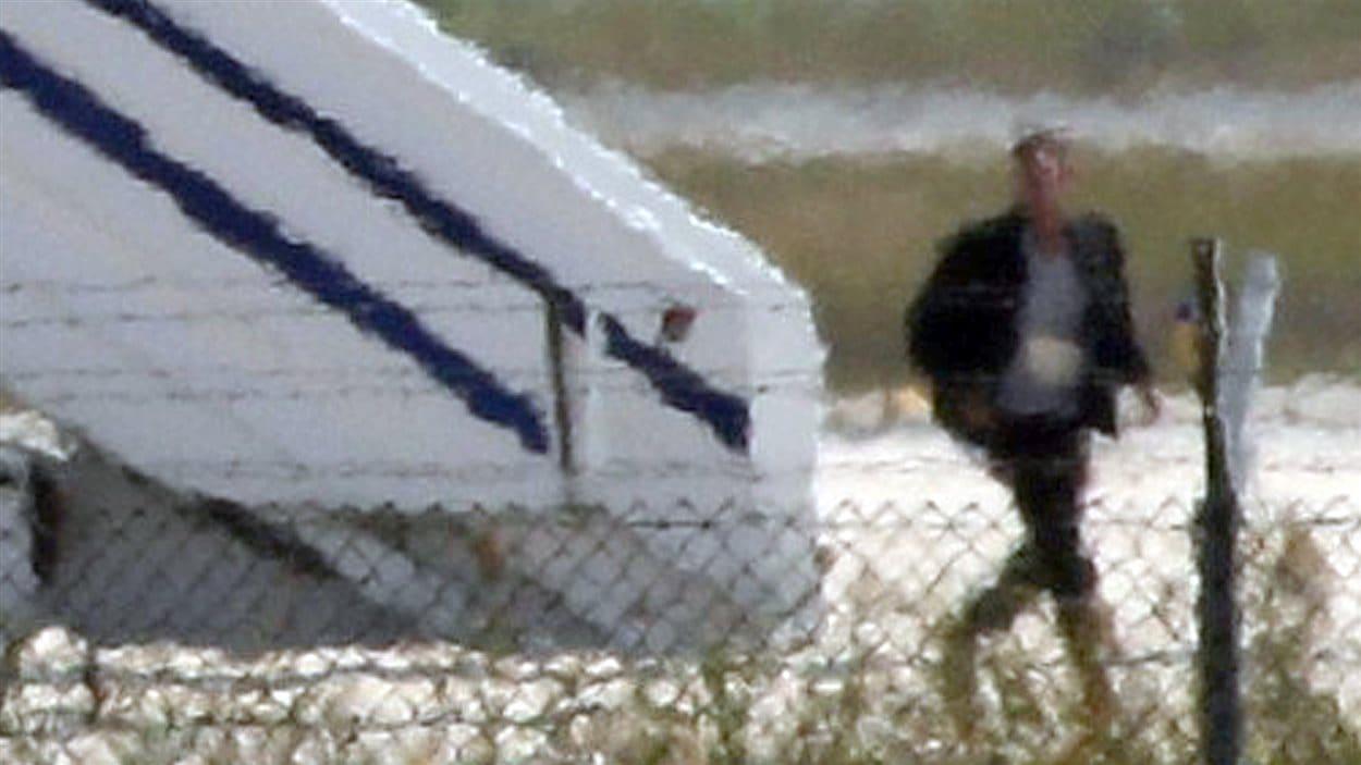 Des premières images du responsable du détournement de l'avion d'EgyptAir à sa sortie de l'appareil.
