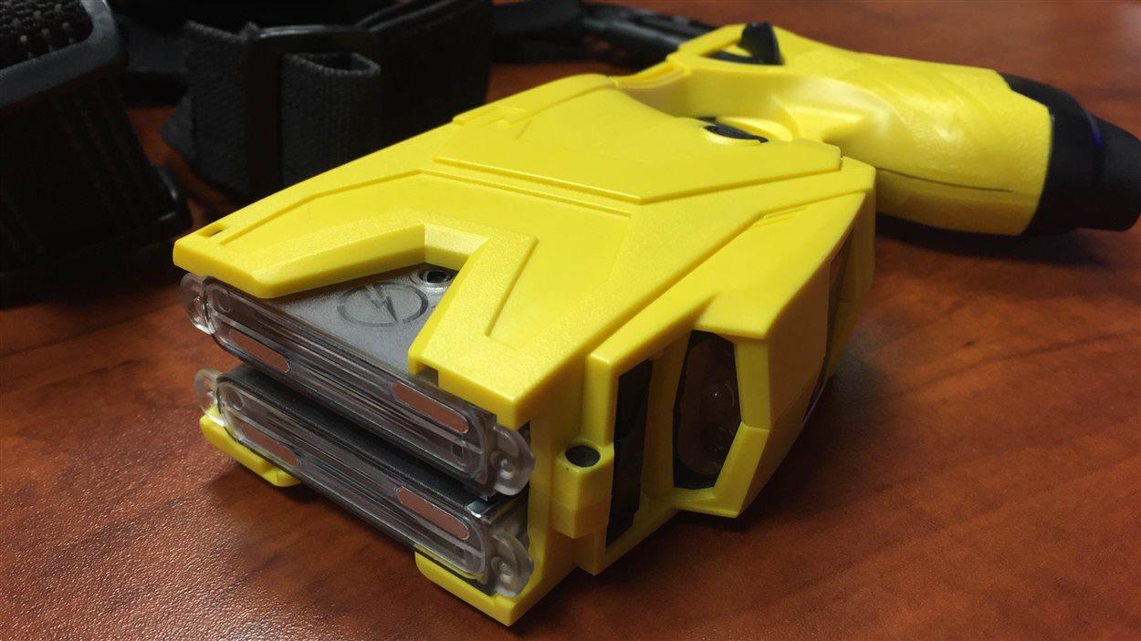 Les policiers de Lévis pourraient bientôt utiliser le pistolet électrique.