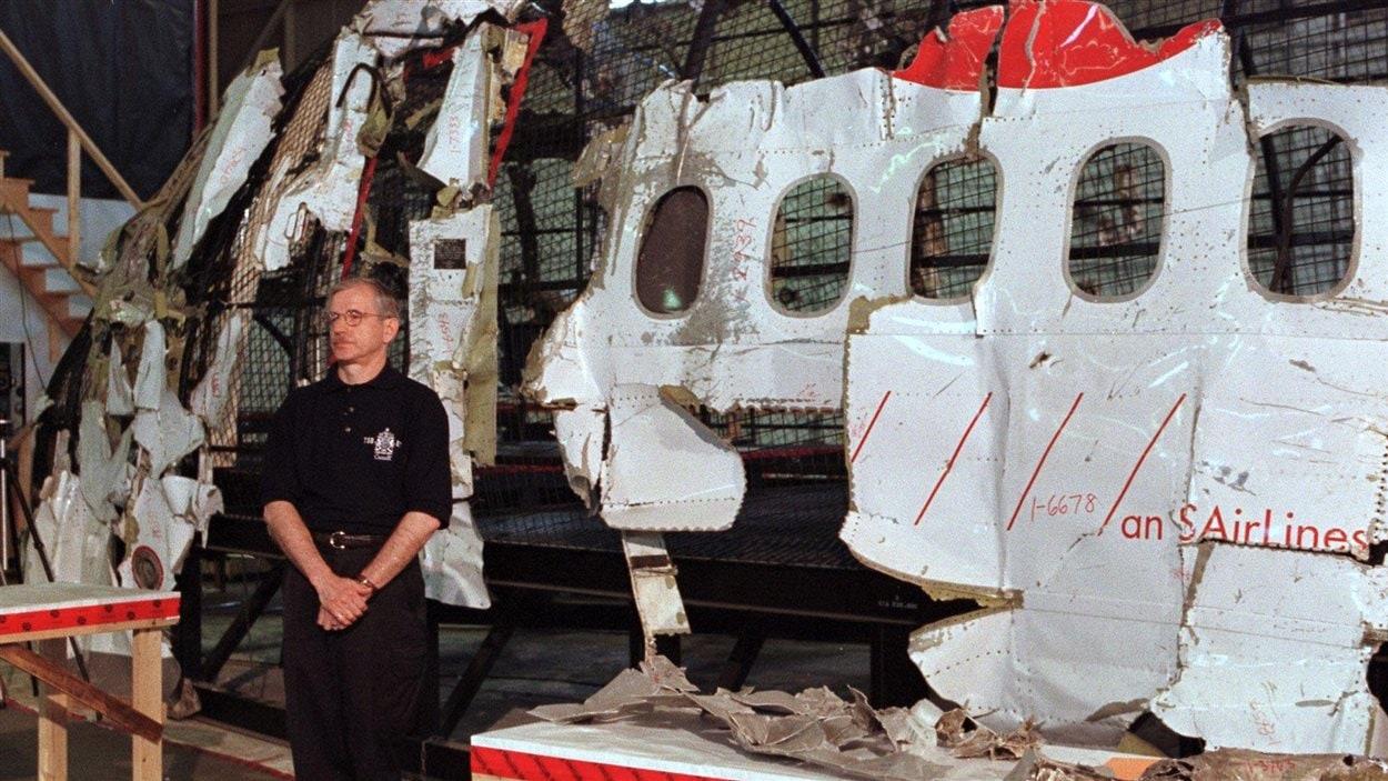 L'enquêteur principal dans l'enquête sur l'écrasement de l'avion de Swiss Air, survenue près de Peggy's Cove en 1998, devant une reconstruction de l'avion créée à partir de ses débris.