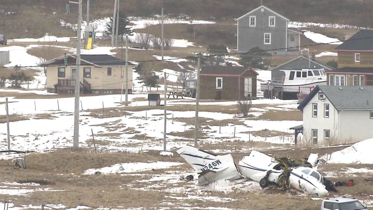 Carcasse de l'avion près des maisons.