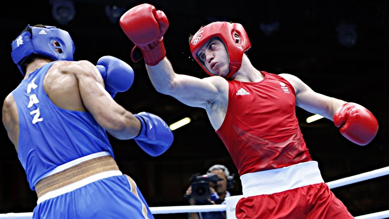 Le Kazakh Serik Sapiyev (bleu) et le Britannique Freddie Evans (rouge) en finale des mi-lourds aux Jeux olympiques de Londres
