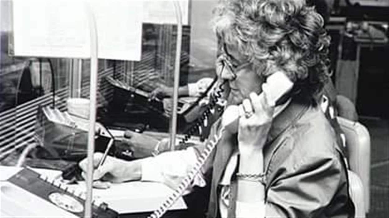Une téléphoniste prend les commandes des clients.
