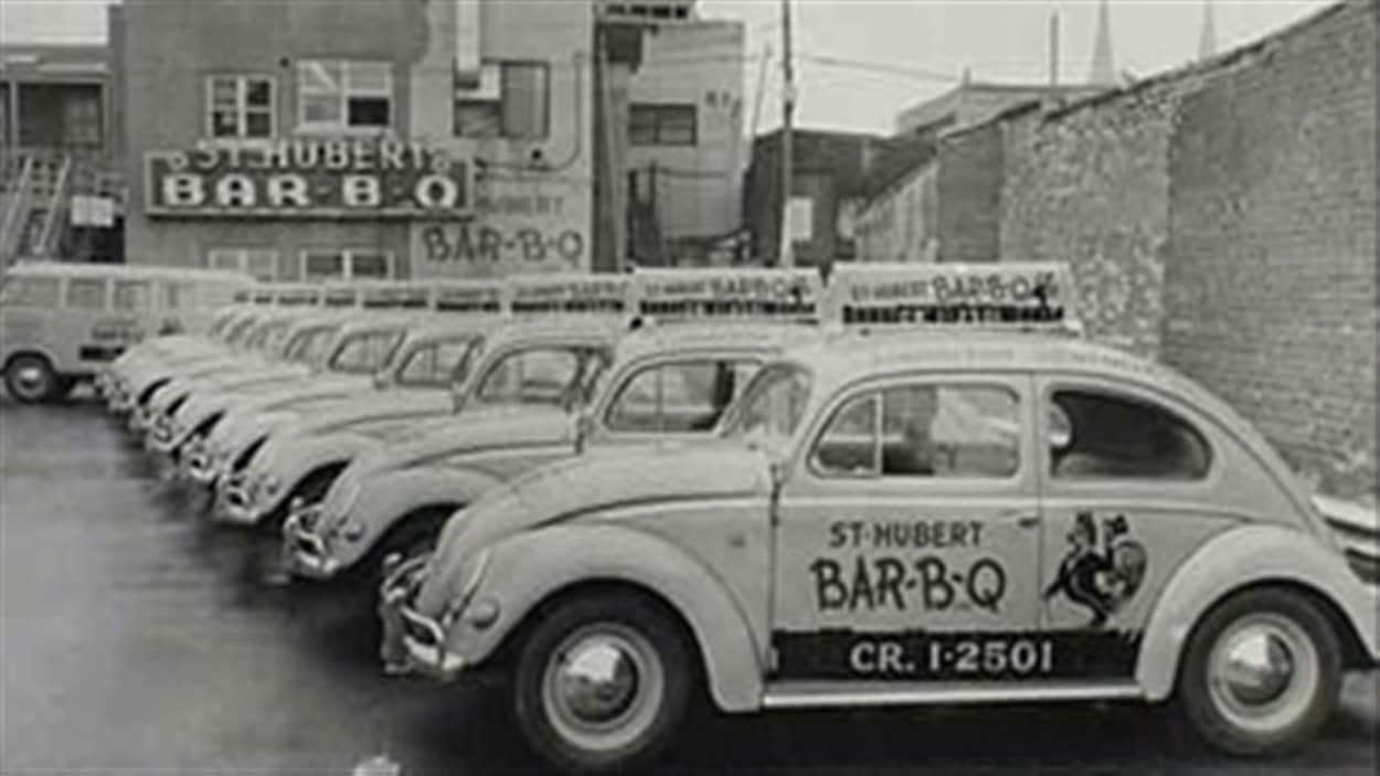 Les voitures de livraison de la rôtisserie St-Hubert.
