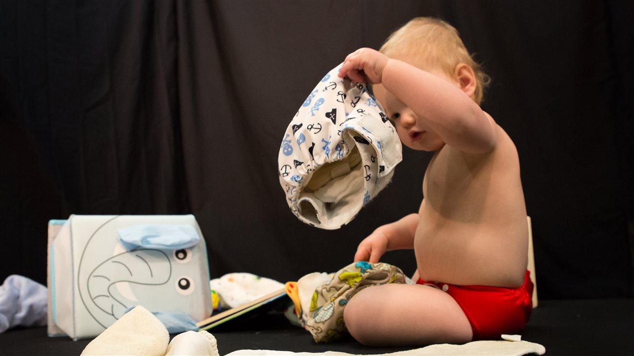 Le petit Louis semble bien intrigué par ses nouvelles couches lavables