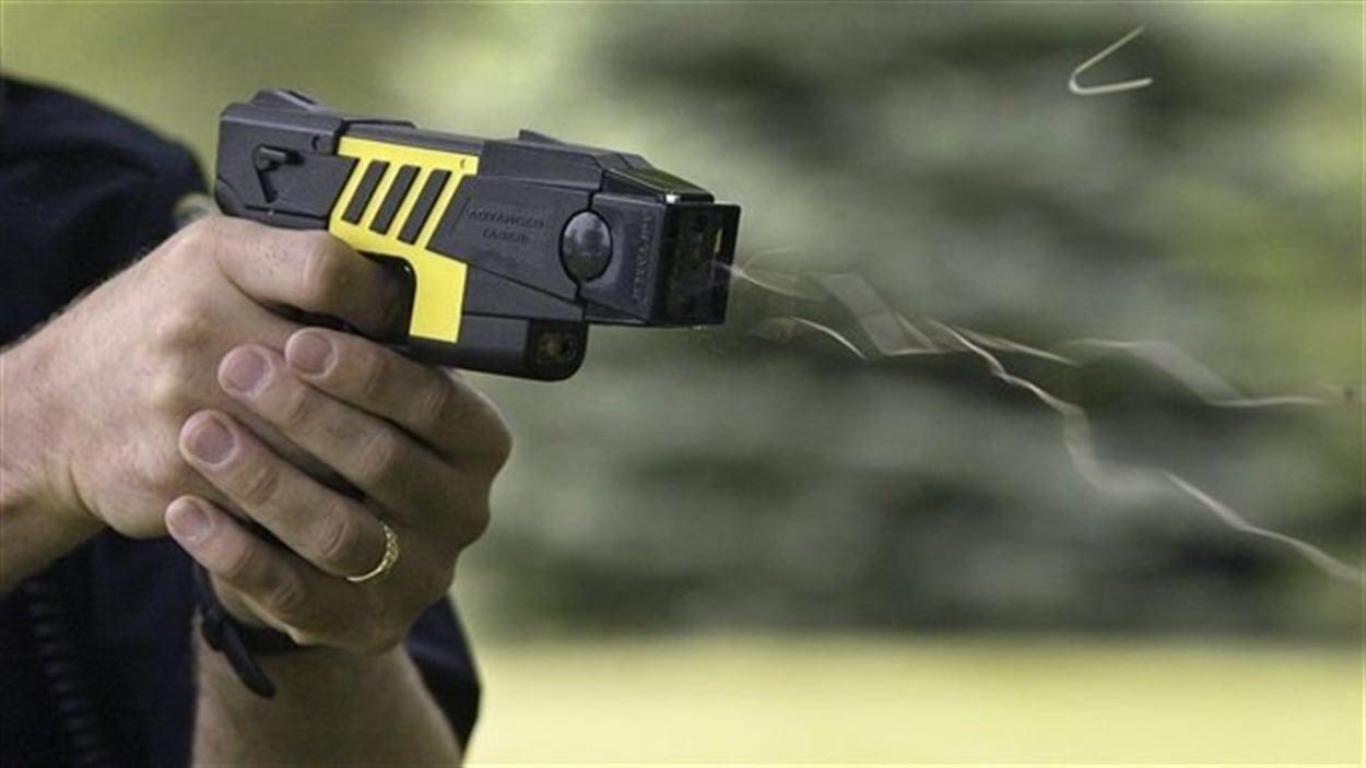 La journaliste Pascale Lacombe a participé à une simulation d'utilisation de pistolets électriques avec le Service de Police de Québec.