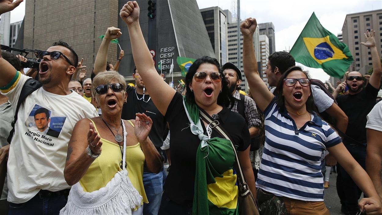 À Sao Paulo, des manifestants réclament la destitution de Dilma Roussef et dénoncent l'investiture de Luiz Inacio Lula da Silva au poste de secrétaire général du gouvernement.