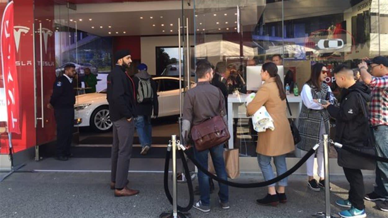 La queue devant le magasin Tesla de la rue Robson à Vancouver