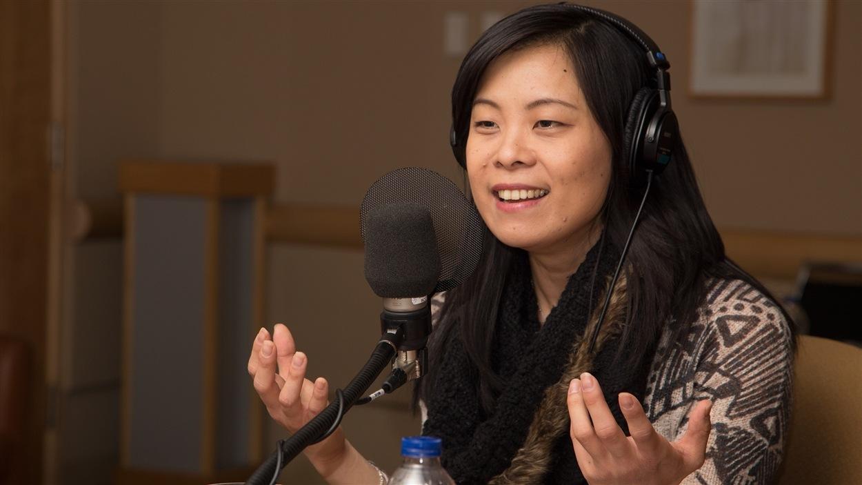 Cathy Wong profite du micro ouvert qui lui est tendu pour faire un slam sur la condition féminine.