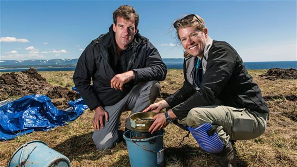 L'historien Dan Snow et l'archéologue Sarah Parcak posent dans une image promotionnelle du documentaire «Vikings: Unearthed».