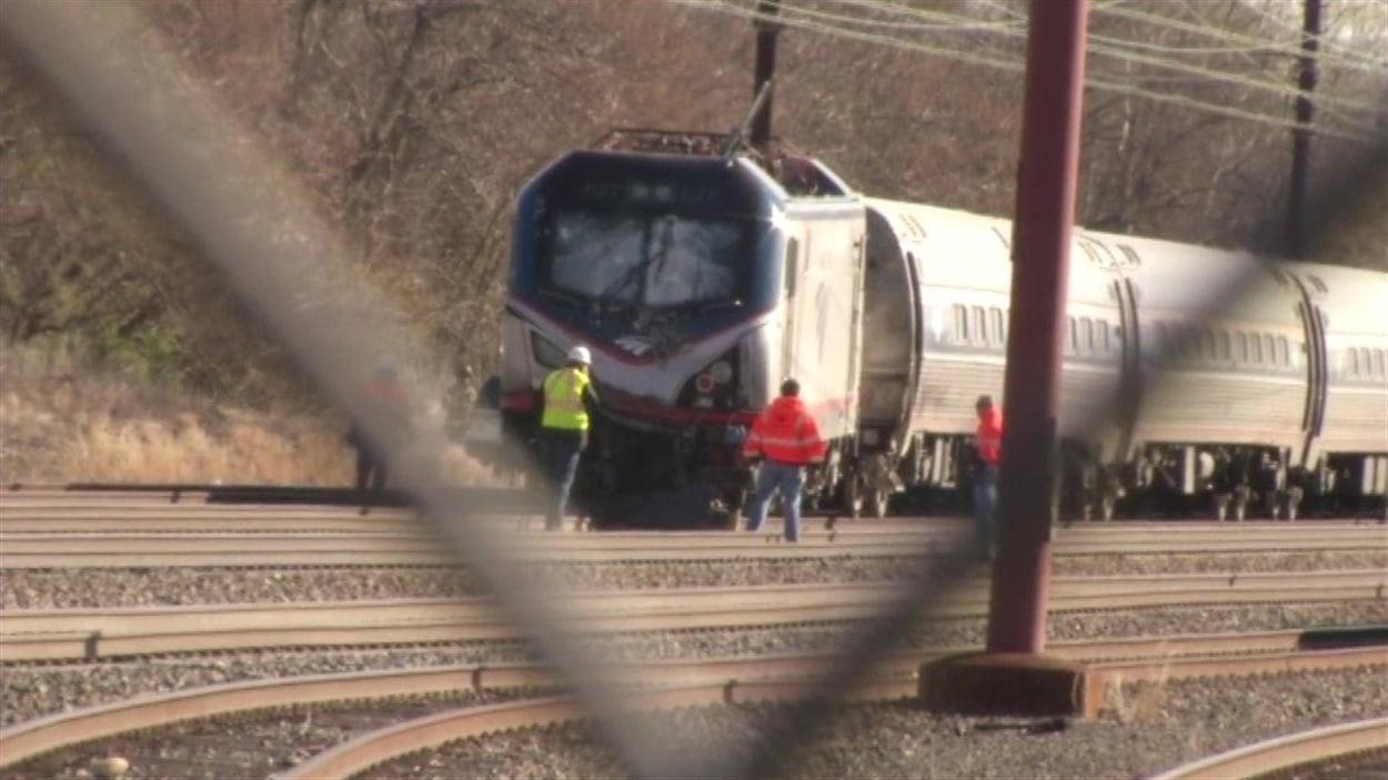 Un train d'Amtrak est inspecté le 3 avril 2016 après avoir percuté une pelle rétrocaveuse qui se trouvait sur les rails à Chester, près de Philadelphie.
