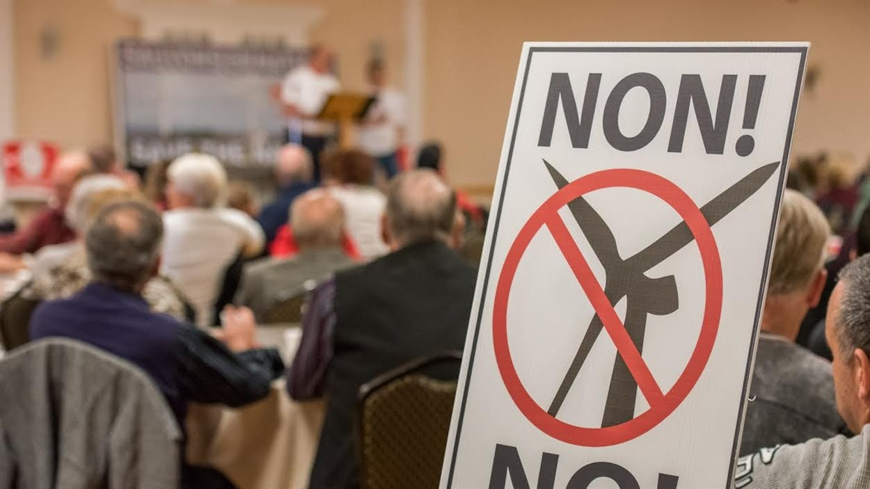 Des citoyens rassemblés pour en apprendre davantage sur le mouvement d'opposition aux projets d'éoliennes dans l'Est ontarien.