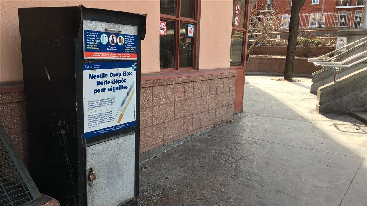 Un boîte-dépôt pour aiguilles souillées, à Ottawa.
