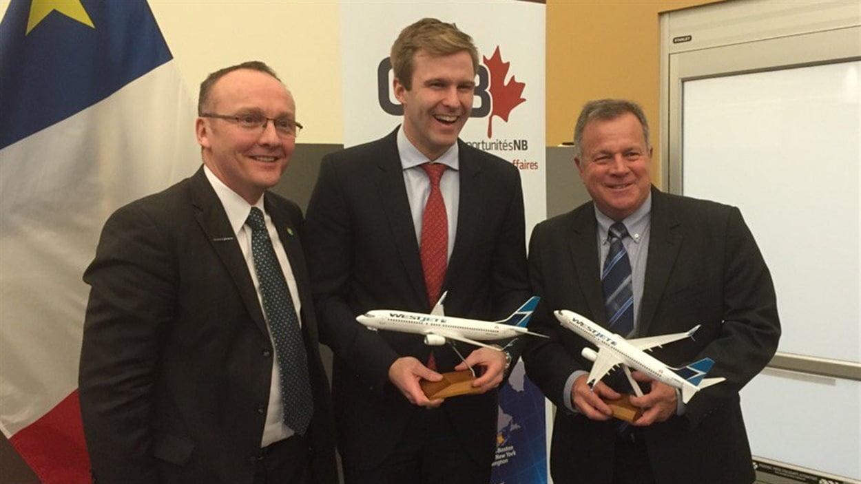 Le vice-président chez WestJet Mark Porter, le premier ministre du Nouveau-Brunswick Brian Gallant et le ministre responsable d'Opportunités NB Rick Doucet, lors de l'annonce de la création de 400 emplois à Moncton
