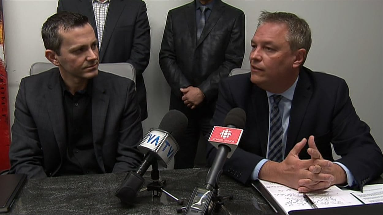 L'ancien président du syndicat des travailleurs d'Aveos, Jean Poirier, et l'avocat Jean-François Bertrand, qui accompagne les ex-employés dans leur demande de recours collectif.