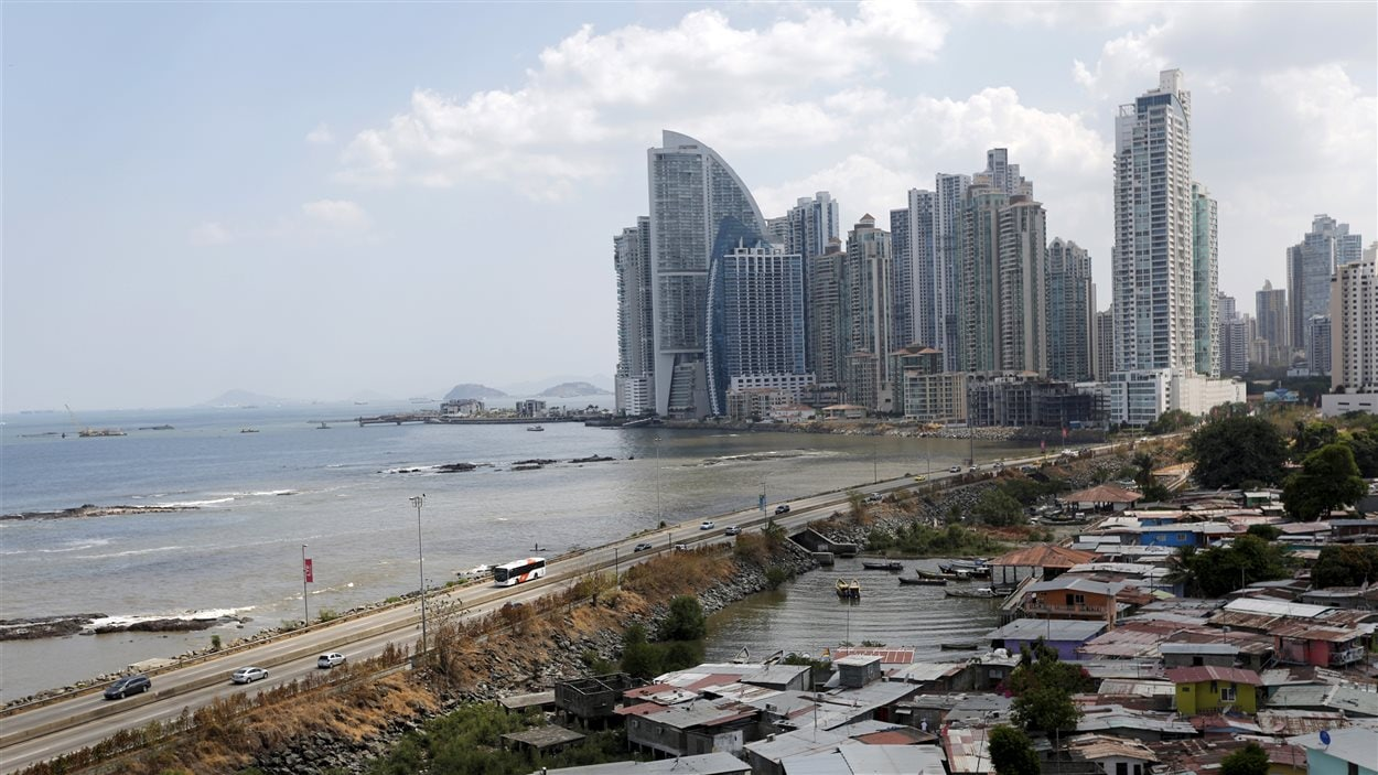 La capitale de Panama et son bidonville en premier plan.