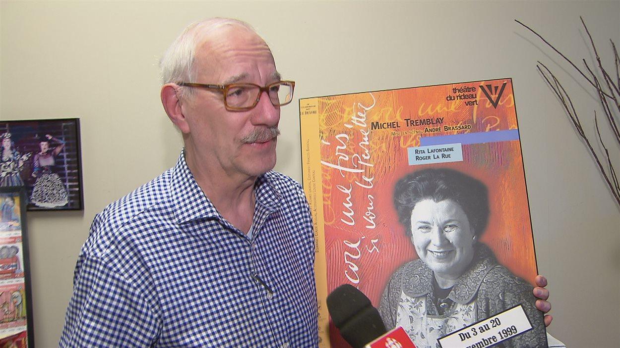 Le directeur artistique du Théâtre français de Toronto Guy Mignault tient dans sa main l'affiche du spectacle qu'il avait présenté avec Rita Lafontaine à Toronto en 1999.