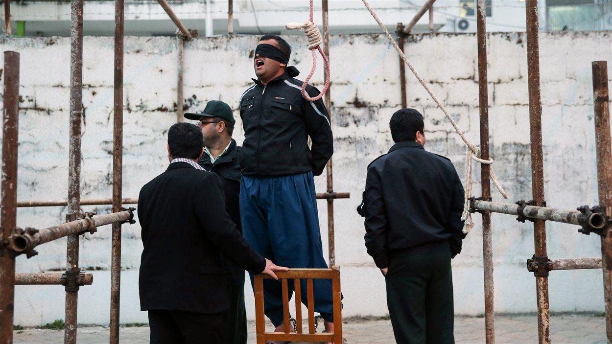 Un homme condamné à la peine de mort pour homicide se prépare a être pendu, à Noor, en Iran, le 15 avril 2014. La mère de la victime lui a toutefois pardonné au cours de la cérémonie, lui évitant ainsi la peine capitale.