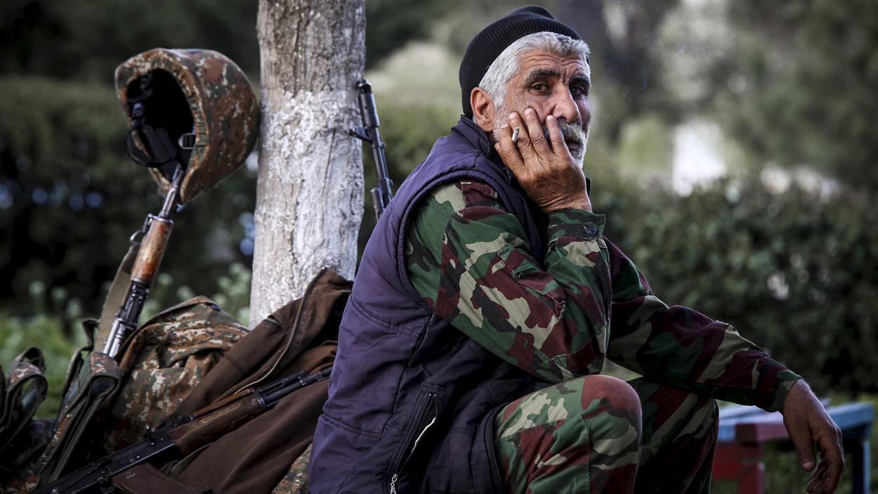 Un volontaire arménien dans la ville d'Askeran, près de la zone d'affrontements avec les forces azéries le 2 avril 2016, dans le Haut-Karabakh.