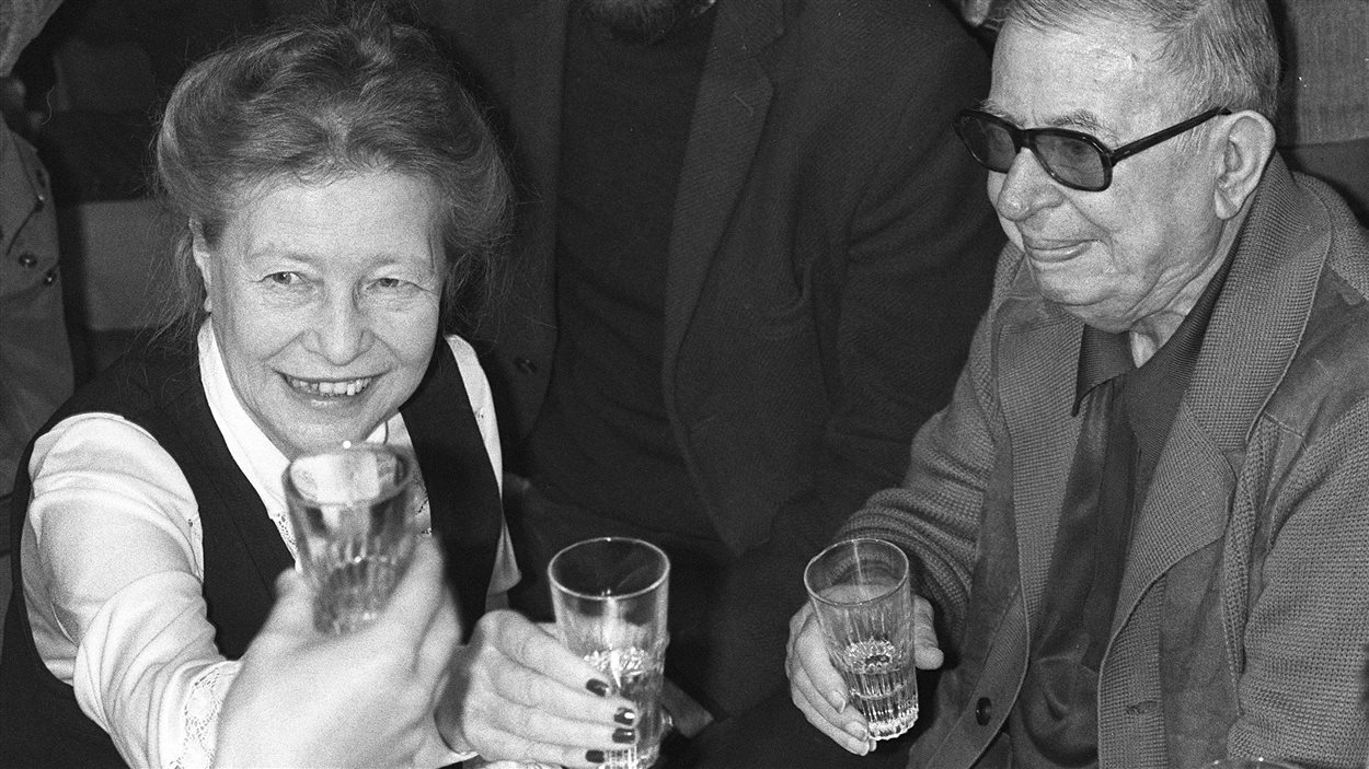 Le 21 juin 1977 à Paris, Simone de Beauvoir et Jean-Paul Sartre assistent à une réception pour des dissidents soviétiques.