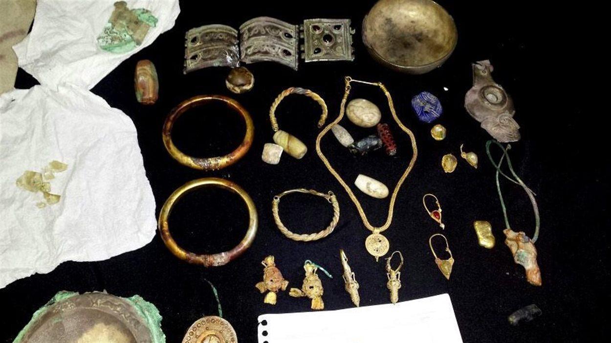 Des bijoux anciens pris sur le site archéologique de Deir el-Zour en Syrie et mis en vente par le groupe État islamique