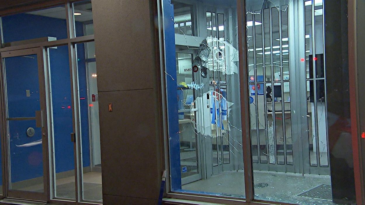 Plusieurs vitrine de commerces, dont une banque, ont été la cible des manifestants.