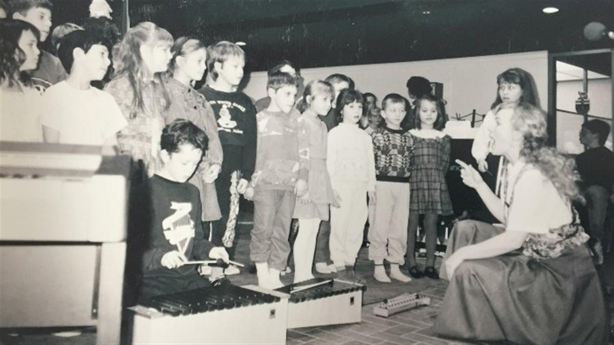 enseignante chante avec des élèves