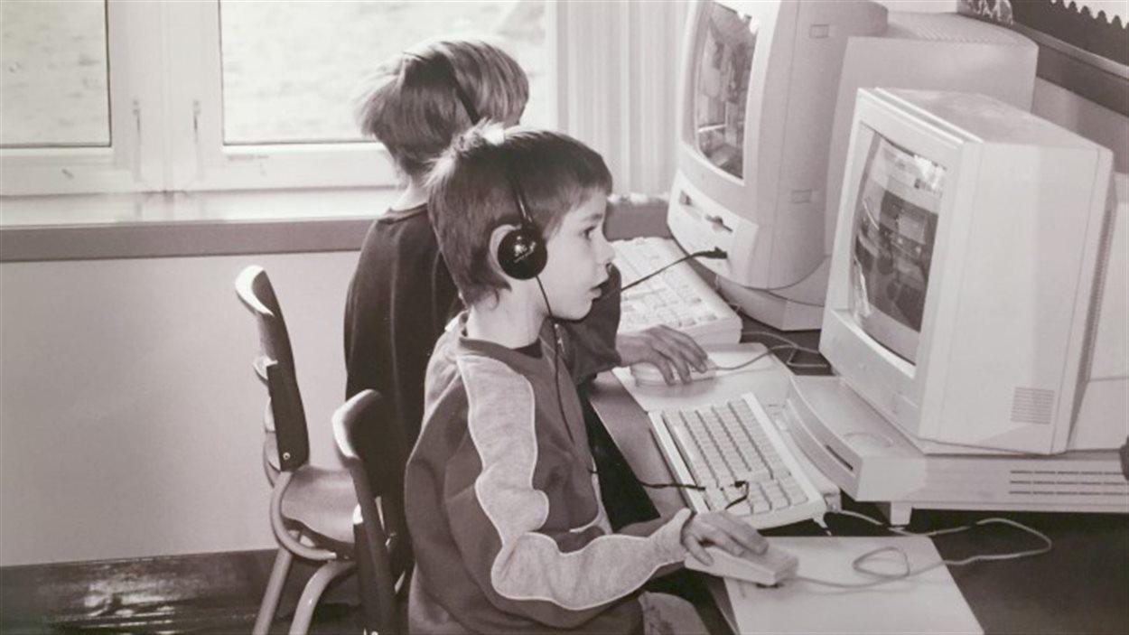 élèves devant des ordinateurs