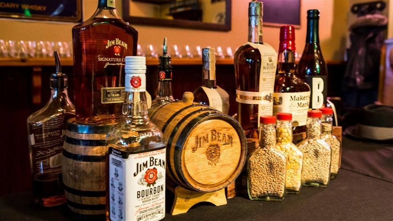 Des bouteilles de bourbon et de whisky