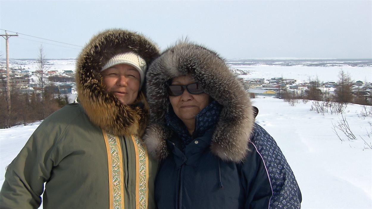 Mary Mesher et Eva LaPage, deux intervenantes sociales qui travaillent auprès des victimes des pensionnats autochtones à Kuujjuaq.
