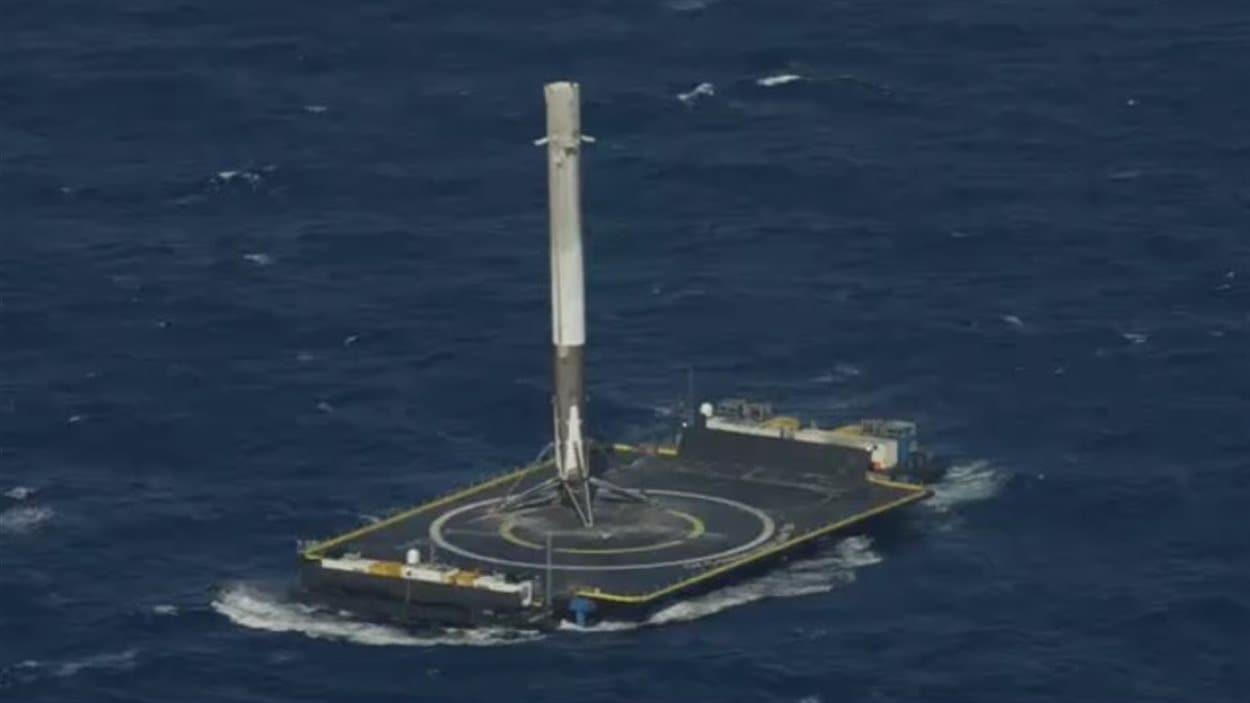 Le lanceur d'une fusée Falcon 9 de SpaceX s'est posé avec succès sur une plate-forme en mer, le 8 avril.